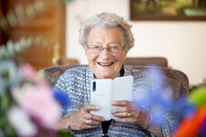 Hanneke Tuitert-Bekkernens is 100 jaar geworden. Hanneke gaat met de tijd mee, ze kan goed overweg met haar smartphone die ze gebruikt om te appen en te beeldbellen.