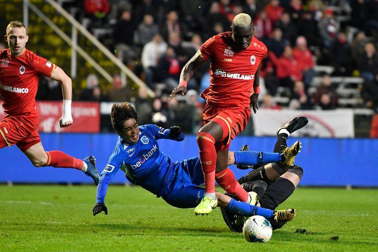 Abdoulaye Seck steekt Ito (Genk) in zijn broekzak.