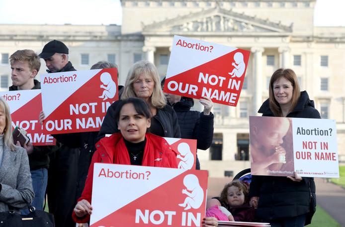 Manifestants anti-avortement devant le Parlement d'Irlande du Nord ce lundi 21 octobre.