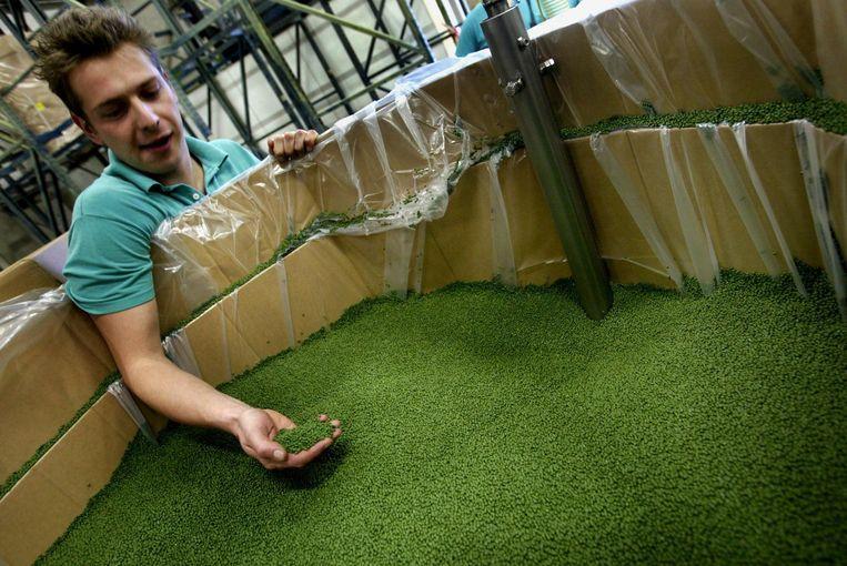 Groene kunststof korreltjes zijn de basis voor het kunstgras Beeld anp