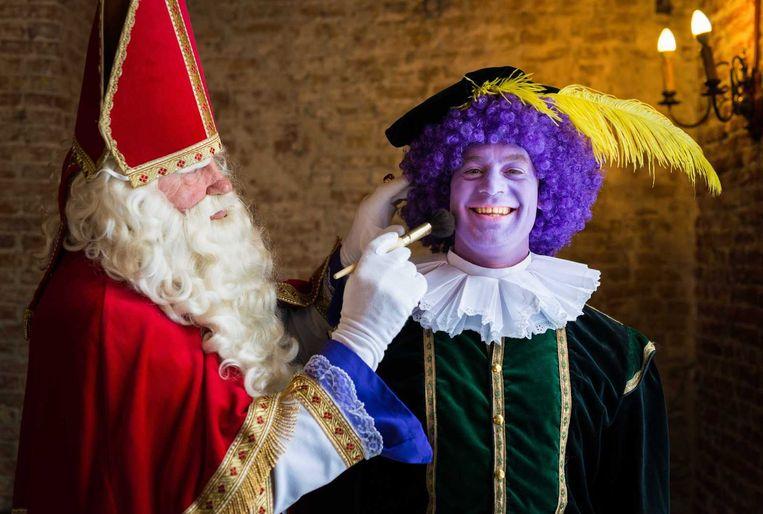 Sinterklaas met een make-up kwast bij Kleurenpiet. Beeld anp