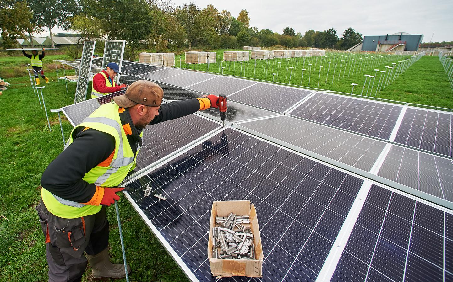 Bij de RWZI te Heeswijk Dinther zijn ze begonnen met het plaatsen van zonnenpanelen. Fotograaf: Van Assendelft/Jeroen Appels
