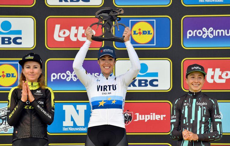Marta Bastianelli (Italië) houdt de beker omhoog. Links Annemiek van Vleuten, die tweede werd, en rechts de Deense Cecilie Uttrup. Beeld AP