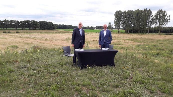 Vincent Lokin, bestuurder van Waterschap De Dommel en Guus van Puijenbroek, directeur VP Capital, ondertekenen de overeenkomst.