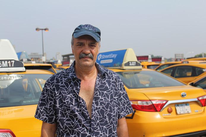 Mikhail Uvaydov, taxichauffeur in New York, op de standplaats bij vliegveld JFK.