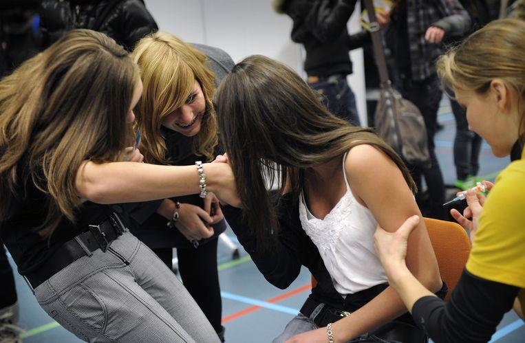In een gymzaal in Helmond worden meisjes gevaccineerd tegen baarmoederhalskanker. Beeld Marcel van den Bergh
