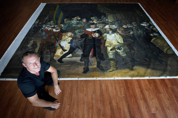 unstenaar Peter Nuijten bij zijn replica van de Nachtwacht.