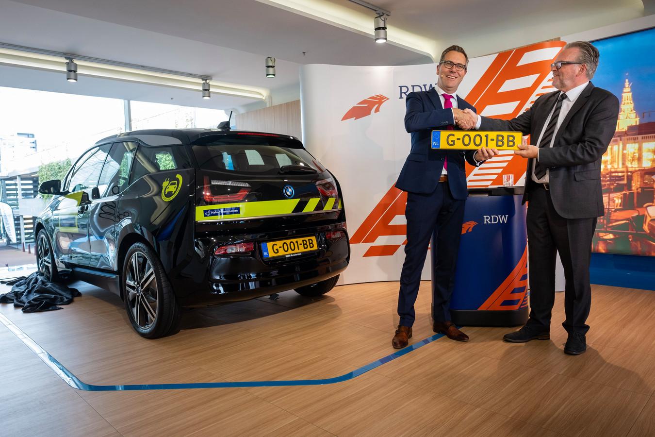 Natuurmonumenten ontvang de eerste auto met het nieuwe kenteken, deze BMW i3