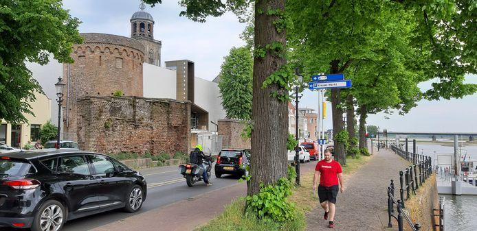 Tussen dit rijtje bomen komen tijdelijk bijna vijftig fietsenrekken voor filmtheater Mimik. Gestalde fietsen zo pal langs de IJssel, daar is niet iedereen gelukkig mee.