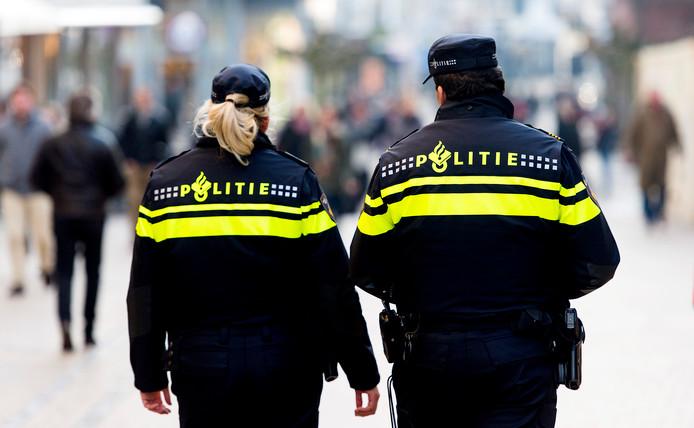 Politieagenten in operationeel uniform op straat.