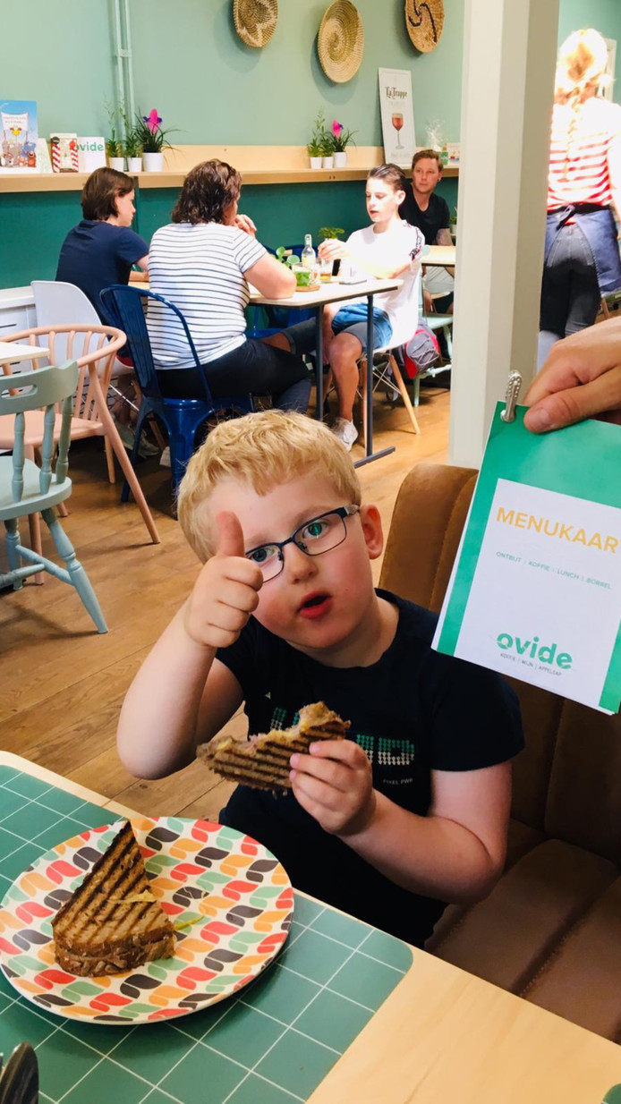 Het lijkt in alles op een gewone horecagelegenheid, maar wie goed rondkijkt in het vandaag geopende café Ovide ziet dat de insteek een tikkeltje anders is.