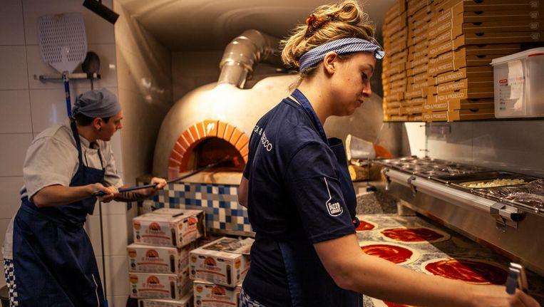 De pizza's zijn hier van het type dun, krokant, in de houtoven gebakken en vers belegd. Beeld Lin Woldendorp