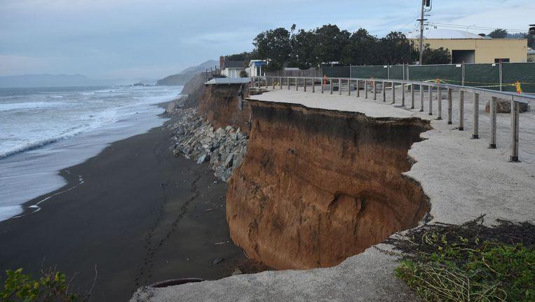 'Spectaculaire televisiebeelden, eind januari van een winterstorm die in Californië de kliffen onder een buitenwijk met uitzicht op zee wegvrat. Zulke stormen zijn niet uitzonderlijk en geen specialiteit van El Niño. Wat wel meespeelt is dat El Niño tot een meter hoger tij voor de kennelijk toch al kwetsbare kust kan geven, berekende de National Ocean Service. En ga daar dan ook niet wonen. Beeld anp