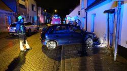 Auto belandt tegen gevel in Oudstrijderslaan