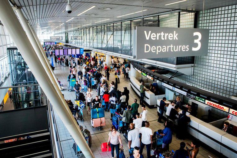 Reizigers in de vertrekhal op Schiphol.  Beeld ANP