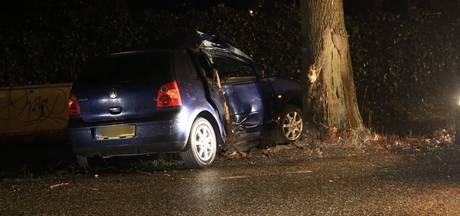 Auto tegen boom bij eenzijdig ongeval op Rucphenseweg in Rucphen