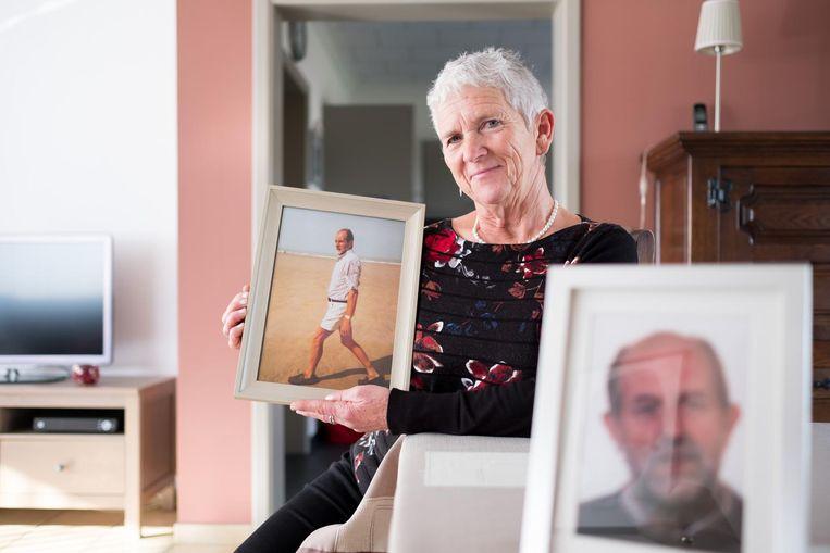 Maria met foto's van haar overleden man Swa, die twaalf jaar geleden stierf aan kanker.