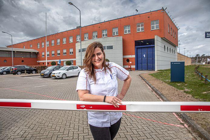Gevangeniszuster Sanne bij de PI Zwolle. Ze schreef een blog over corona achter de gevangenismuren. Vanaf woensdag mogen gedetineerden er weer bezoek ontvangen.