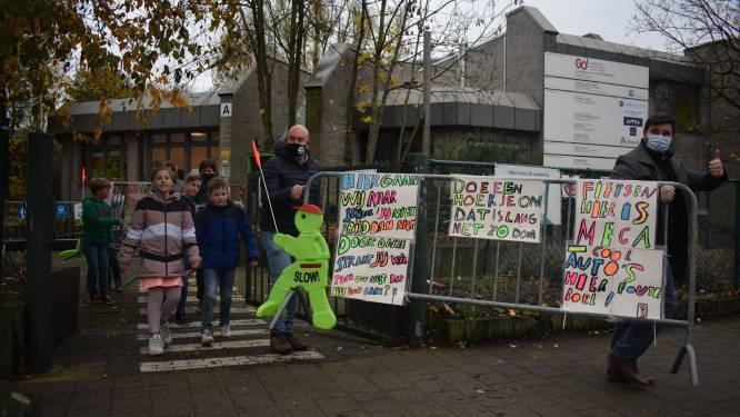 """Leerlingen van basisschool De Reigers vragen via kleurrijke borden aandacht voor verkeerssituatie rond de schoolpoort: """"Hier gaan wij naar school!"""""""
