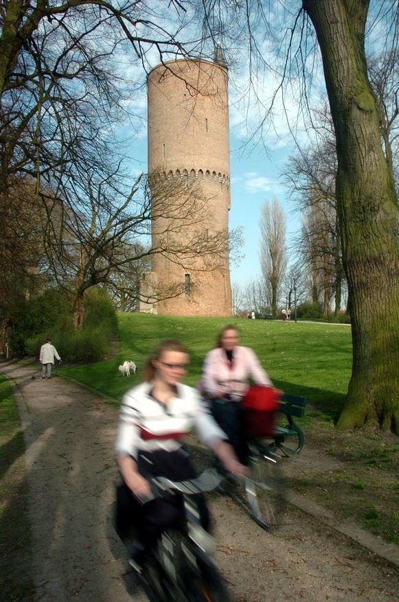 Fietsen langs de vesting in Brugge. Het Brugse Ommeland is de meest bezochte regio.