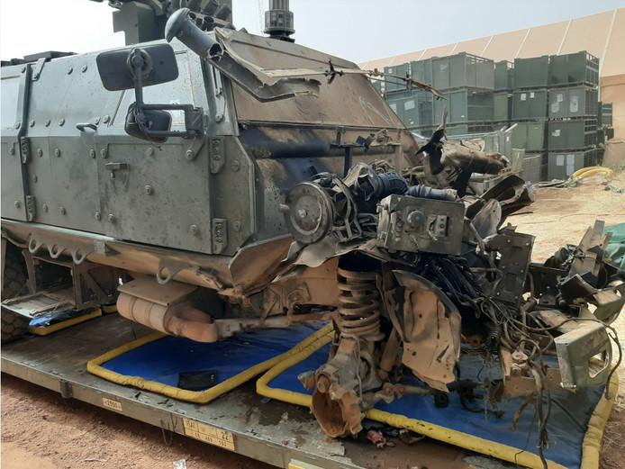 Il ne reste plus rien de l'avant du véhicule, dont le moteur a été éjecté à une cinquantaine de mètres lors de l'explosion.
