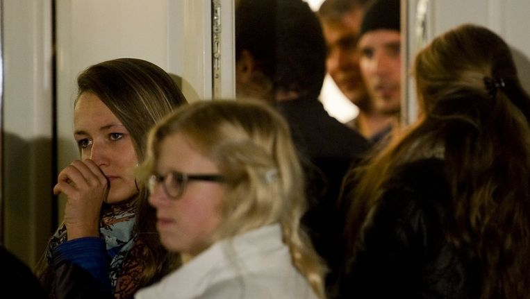 Inwoners komen aan voor de bijeenkomst in het dorpshuis Husterwald van Oudwoude, de woonplaats van Jasper S., de verdachte van de verkrachting van en moord op Marianne Vaatstra in 1999. Beeld anp