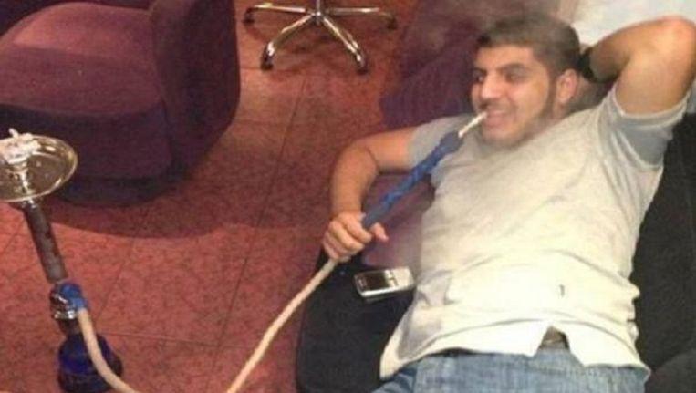 Suleiman al-Assad lurkend aan een waterpijp. Beeld Twitter