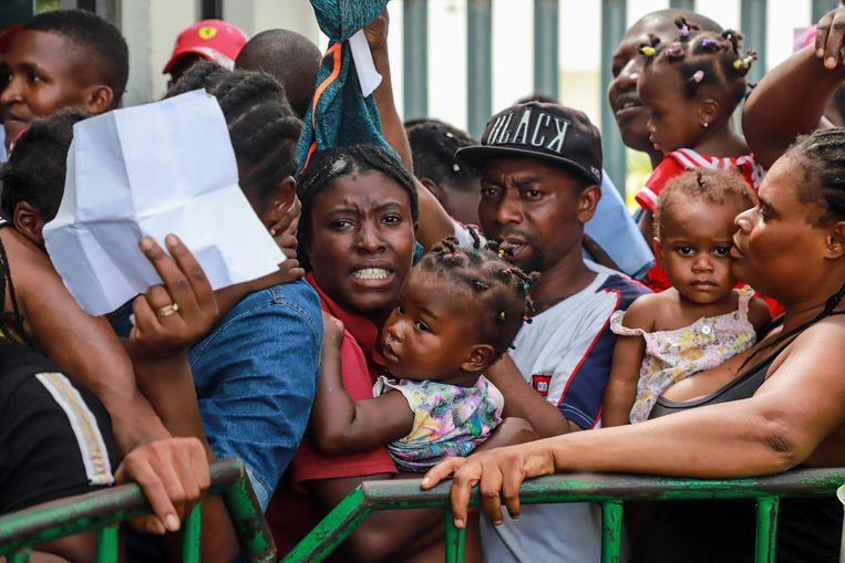 Mensen staan in Mexico in de rij om hun papieren in te dienen voor een asielaanvraag in de VS.