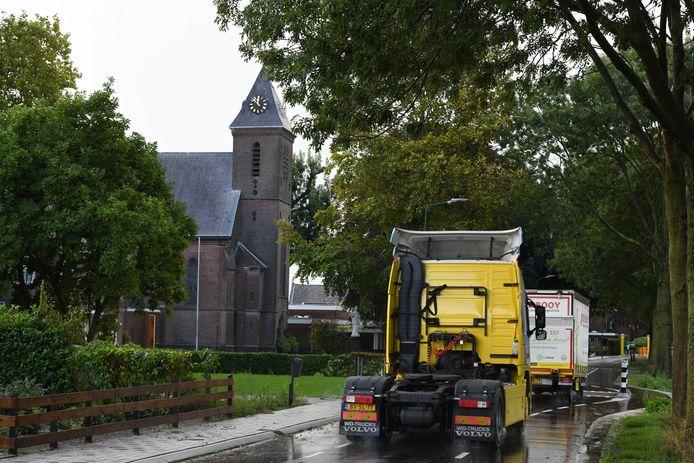 Aan de orde van de dag in 't Goy: vrachtverkeer rijdt over de Beusichemseweg door het dorp.