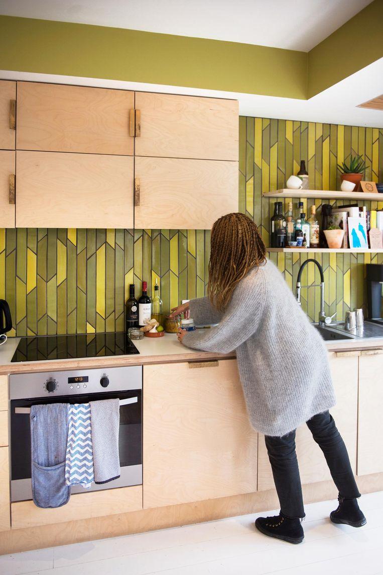 Keuken: 'We hebben samen met een ontwerper het patroon op de muur bedacht. Ik wilde het graag eenvoudig houden, zo zijn we op dit patroon uitgekomen. De kleuren geven me een retrogevoel.' Beeld Els Zweerink