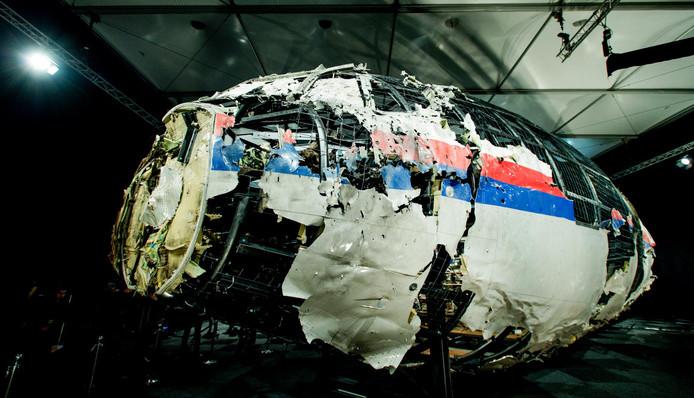 Het gereconstrueerde wrak van de door een raket neergehaalde vlucht MH17