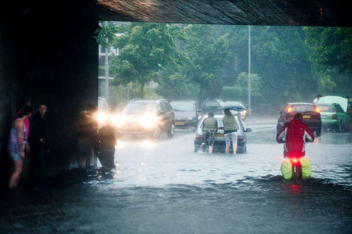 Wateroverlast in de tunnel in de Deldensestraat in Hengelo, na een flinke stortbui op 20 juni 2013.