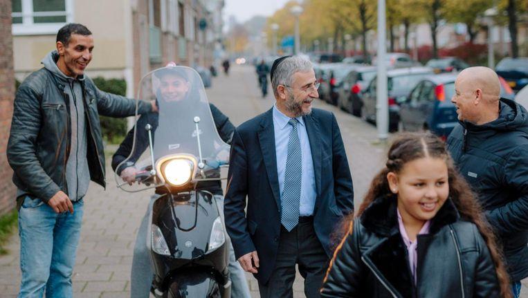 Saïd Bensellam (links) en Lody van de Kamp (met bril) op straat in Amsterdam-West Beeld Marc Driessen
