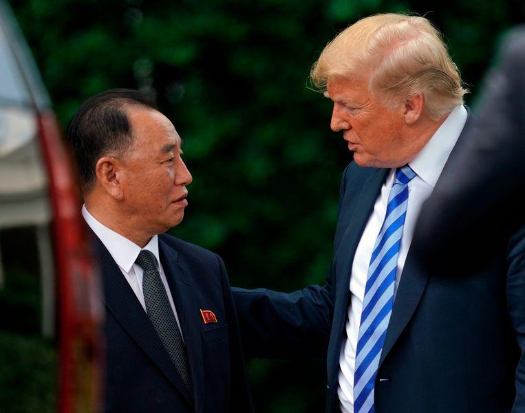 President Donald Trump in gesprek met Kim Yong-chol in de tuin van Donald Trump.  Beeld AP