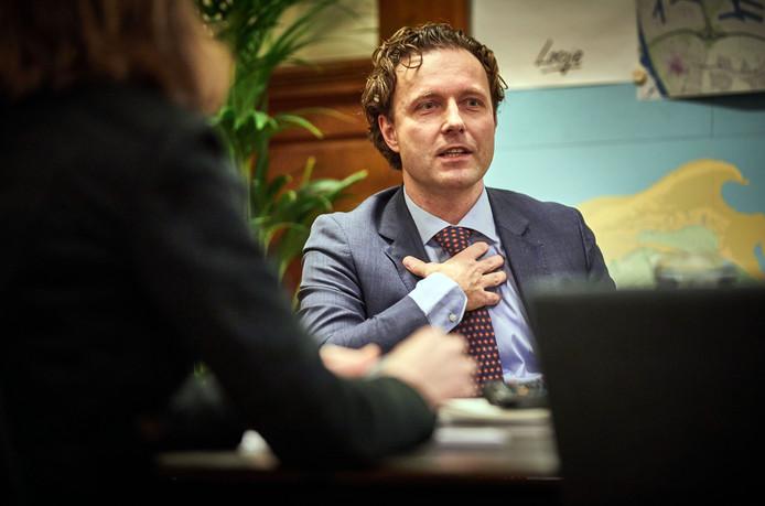 Wethouder Kurvers staat de pers te woord over of hij geweten zou hebben van het lekken van vertrouwelijke stukken door wethouder Visser.