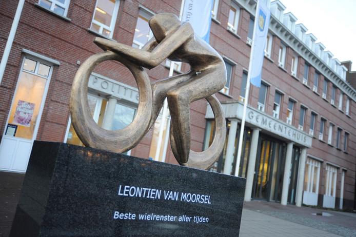 Dit kunstwerk, geïnspireerd op de successen van de bekendste Boekelse ooit, prijkt voor het gemeentehuis