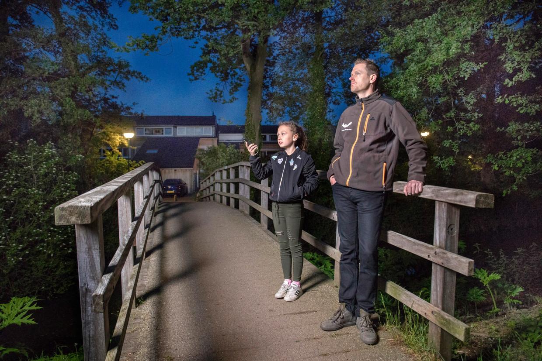 Willem Berger en zijn dochter Jinte op vleermuisjacht: 'Het is hier een insectenfestijn. Dit heb je in elk dorp, zo'n hotspot voor vleermuizen'.