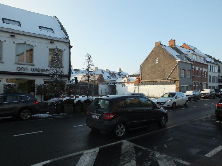De stad Deinze wil op het braakliggend terrein recht tegenover D-Shopping graag een tijdelijke parking realiseren.