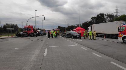Vrachtwagen rijdt in op stilstaande wagens voor rood licht: één inzittende overleeft ongeval niet