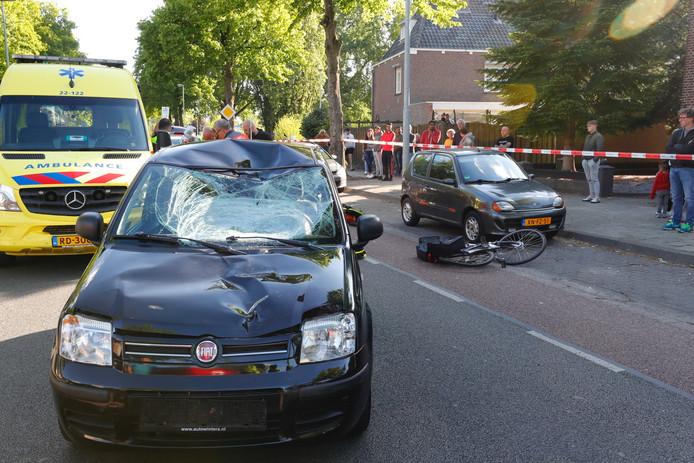 De auto en fiets na het ongeluk op de Petrus Canisiuslaan in Eindhoven.