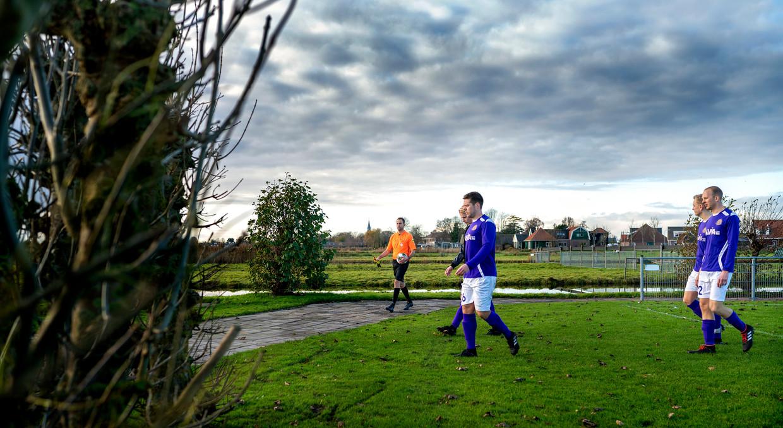 Nino Lantink is de scheidsrechter bij de 4e klasse wedstrijd tussen VV Jisp en Hercules Zaandam. Beeld Klaas Jan van der Weij