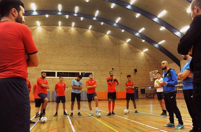 Youssef el Badey (rechts) spreekt zijn spelersgroep toe, voorafgaand aan de laatste training voor het openingsduel met TPP/Feyenoord Futsal.