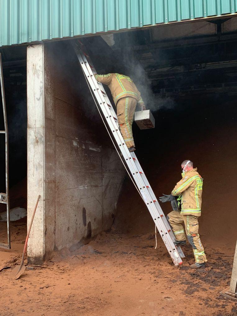 De pompiers moesten heel omzichtig te werk gaan..