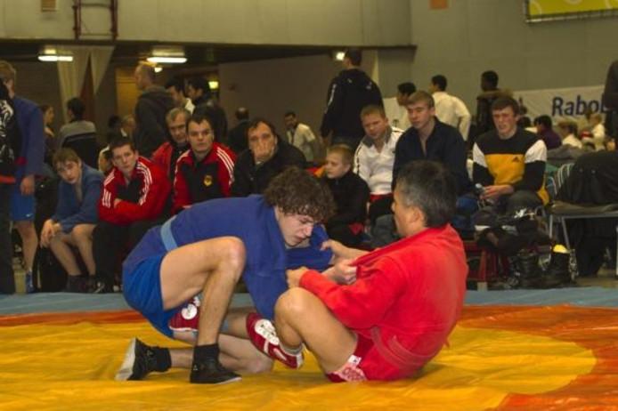 Kume Katsuhiro (Jap, rechts) en Bart Koomen (Ned) strijden op de ronde wedstrijdmat. foto FFU Press Agency