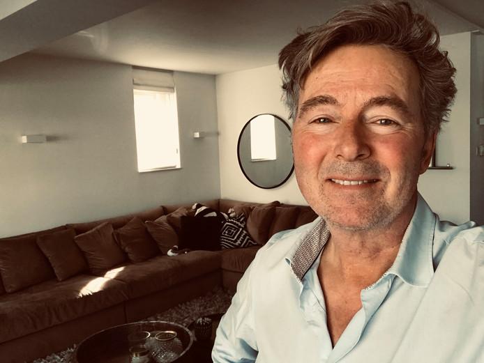 Bert van Leeuwen presenteert vanuit zijn huiskamer het dagelijkse programma Nietalleen.nl