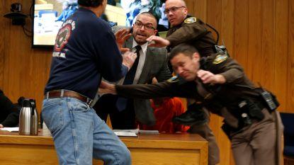 """""""Geef me één minuut met die rotzak"""": vader van slachtoffers valt pedofiel Larry Nassar aan in rechtbank"""
