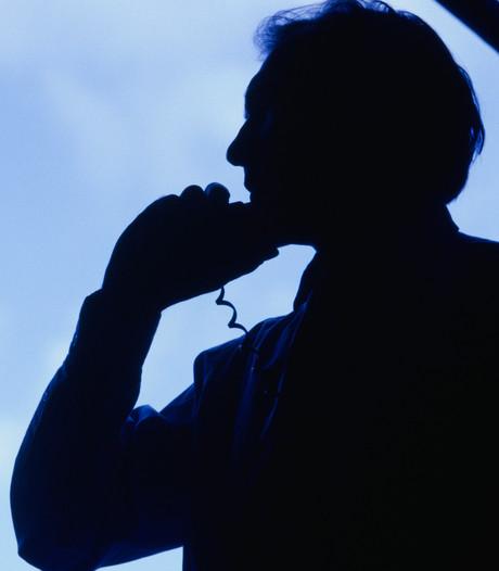 Man belt vrouwen in omgeving  Helmond met vragen over hun borsten