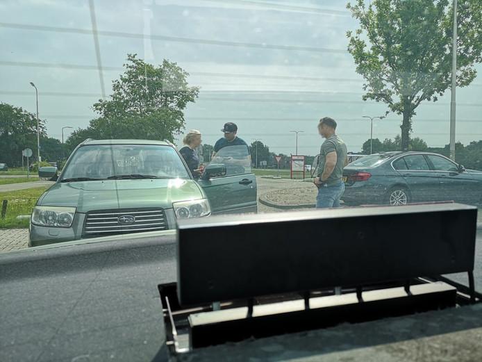 Tijdens speciale actiedagen deze week rond snelwegen in Midden-Nederland spreken agenten een verkeersovertreder aan.