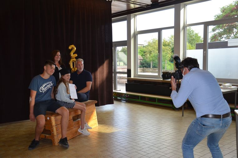 Leerling Estée (11) met haar gezin tijdens de fotoshoot. De leerlingen van VBS Welle krijgen leuke afscheidsfoto's bij de overhandiging van hun diploma.