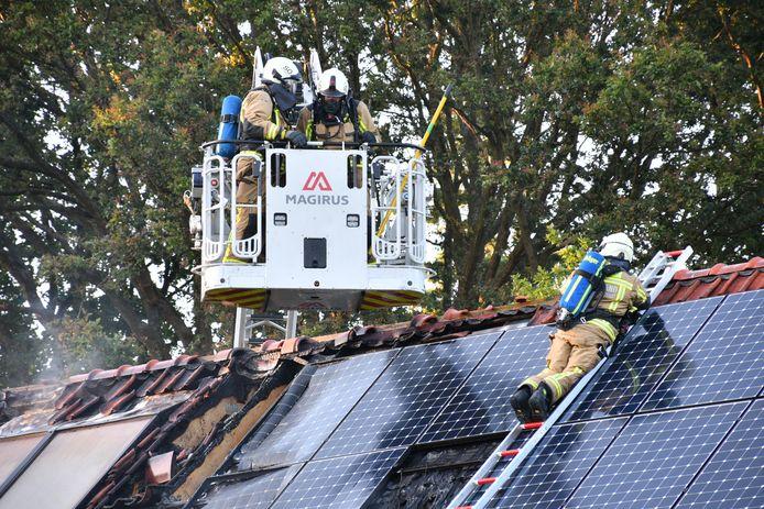 De villa in Schoten raakte zwaar beschadigd.